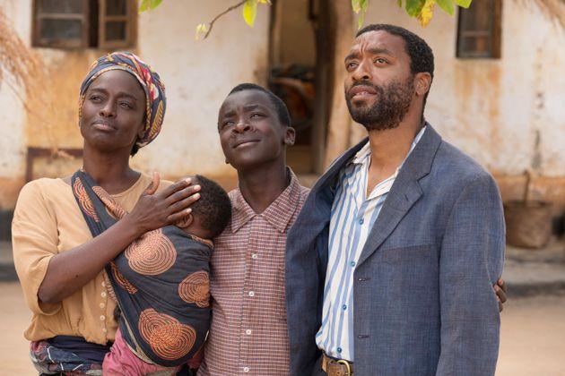 映画に登場する、ウィリアムと両親。父親はキウェテル・イジョフォーが演じた。