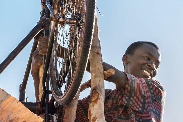 雨乞いしかなかった村で、少年は学ぶことを諦めなかった。風車で未来を変えた14歳の物語