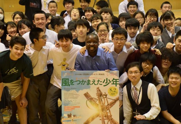 麹町中学校の生徒に囲まれる、カムクワンバさん