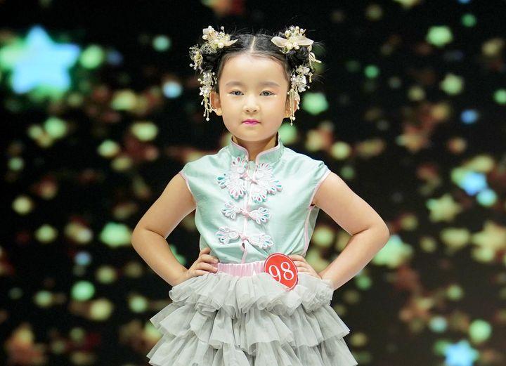 En Chine, les mannequins défilent dès l'âge de 4 ans.