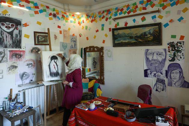 Syrie: Bravant obus et interdits, une artiste syrienne dépeint la violence à