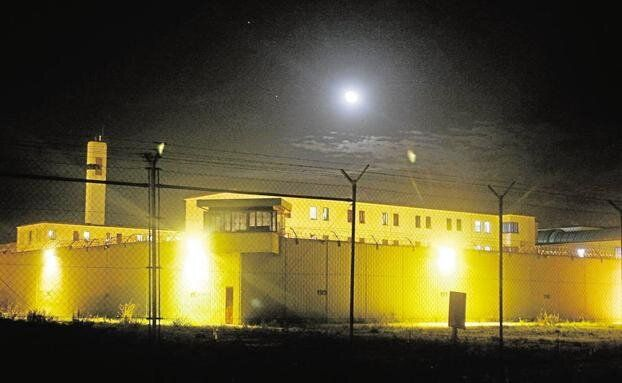 Un preso atrincherado en la cárcel de Valencia causa heridas a siete