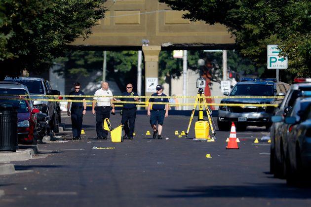 Des policiers parmi les éléments de preuves sur les lieux de la fusillade à Dayton...