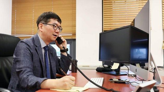 최성율 카이스트 기술자문단장이 5일 연구실에서 기술지원을 원하는 기업의 전화를 받고 상담하고 있다. 카이스트