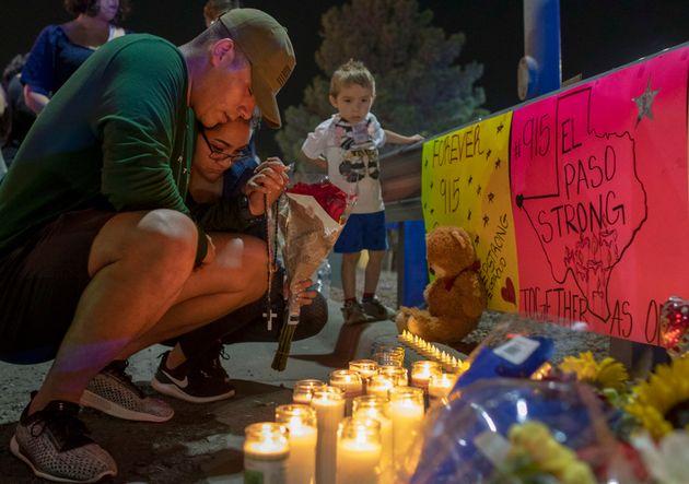 Deux personnes prientprier à un mémorial de fortune pour les victimes de la fusillade...