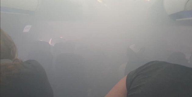 Pánico a bordo: un avión se llena de humo al aterrizar en