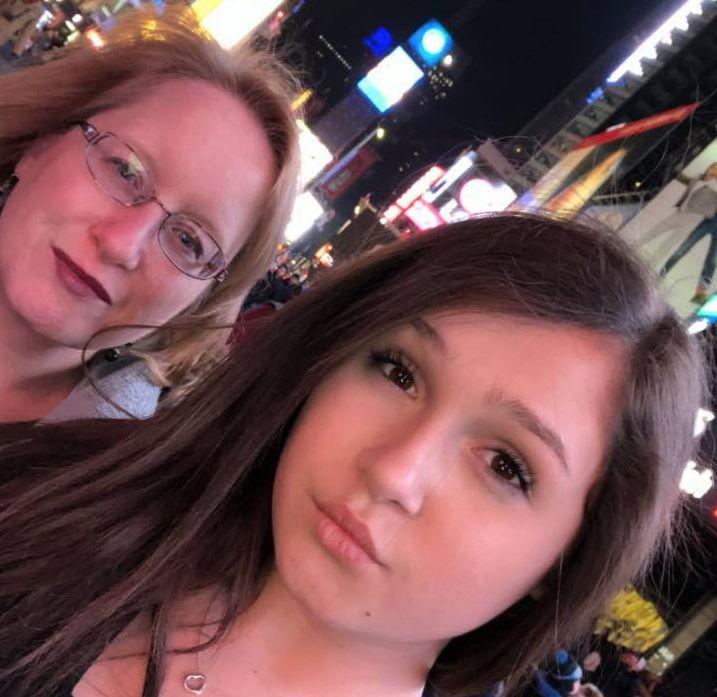 Jeanne et Nicole visitant Times Square à New York, en février 2018.