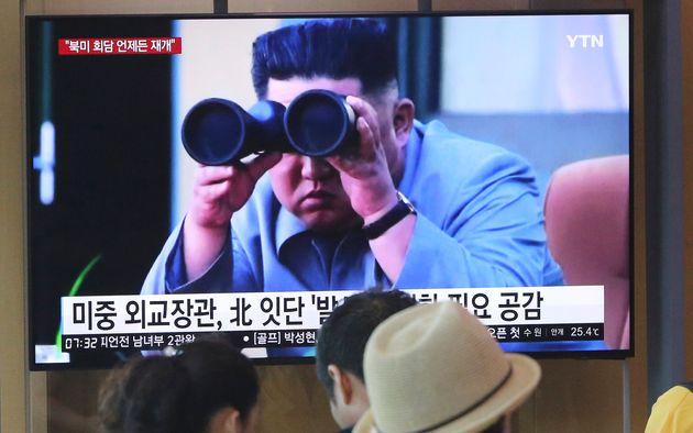 사진은 지난 2일 서울역에서 시민들이 북한 발사체 발사 뉴스를 시청하는 모습. 2019년