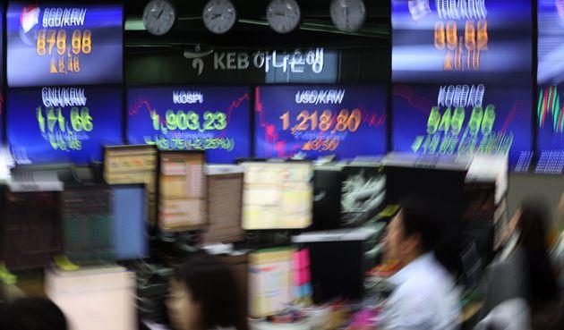 6일 오전 서울 중구 KEB하나은행 딜링룸에서 직원들이 업무를 보고 있다. 이날 코스피지수는 전일 대비 46.62포인트(2.39%) 내린 1900.36, 코스닥지수는 14.72포인트(2.58%)...