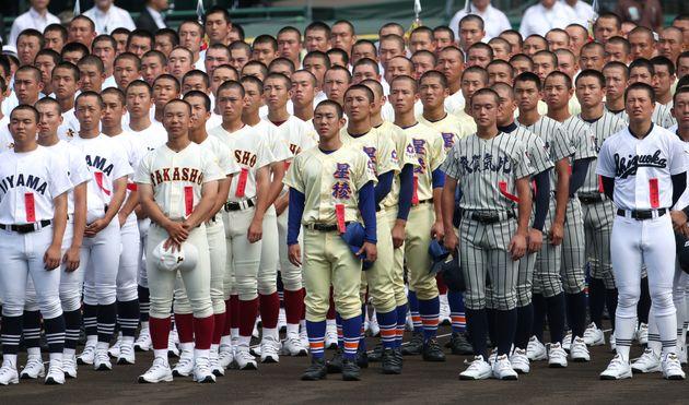 第101回全国高校野球選手権大会の開会式に臨む各校の選手=2019年8月6日、甲子園