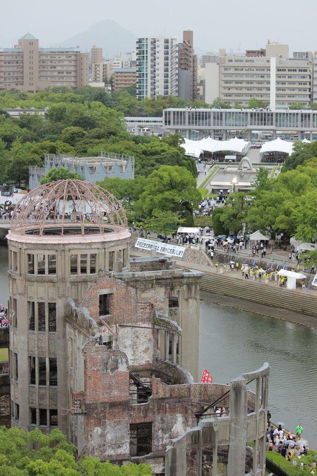 広島の平和記念式典(原爆死没者慰霊式・平和祈念式)の様子、左は原爆ドーム。