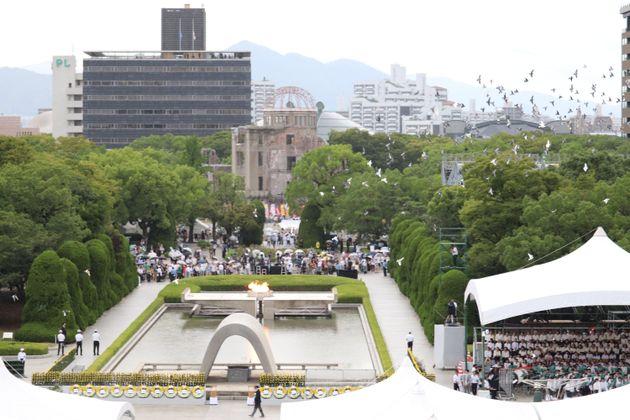 平和記念式典(原爆死没者慰霊式・平和祈念式)で広島市長の平和宣言後、空に放たれたハト