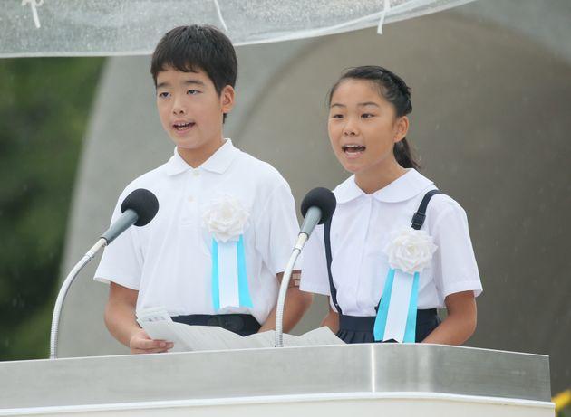 平和への誓いを読み上げる金田秋佳さん(右)と石橋忠大さん