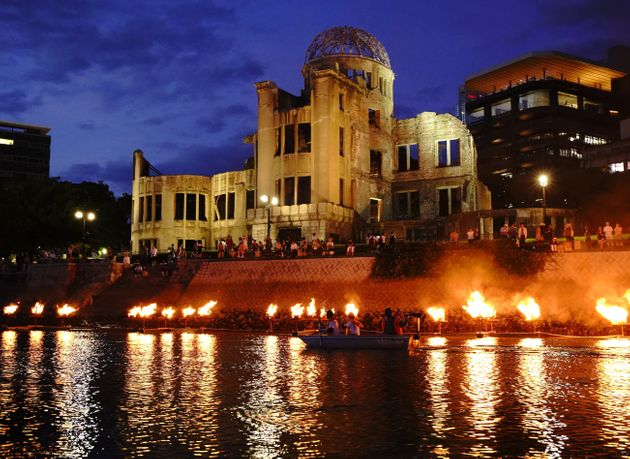 原爆ドーム前の元安川でともされた追悼のかがり火(2019年8月5日夜、広島市中区)