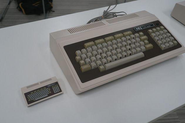 ▲2017年5月HAL研説明会で展示されたPC-8001実機(もちろん右)。この写真ではサイズ感が迷子になりますが、8001実機のキーボード(キートップ)は現在のデスクトップ向けとほぼ同じサイズ。なのでそこまで大きいわけではありません