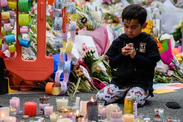 지난 3월 18일 한 아이가 크라이스트처치의 희생자들을 기리며 기도하고