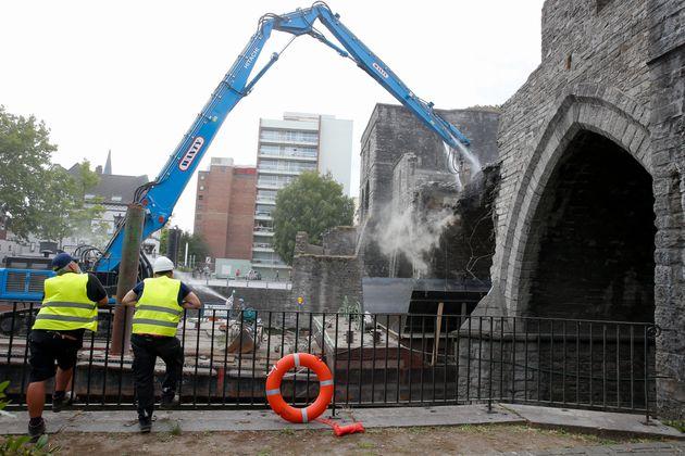Bélgica demuele un puente medieval para permitir el paso de