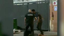 Graban una brutal agresión de varios porteros de una discoteca dos jóvenes en