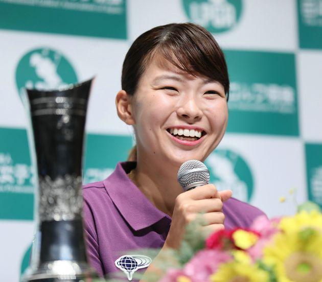ゴルフの全英女子オープンで優勝し、笑顔で記者会見する渋野日向子=8月6日、羽田空港