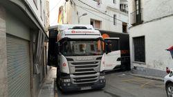 Un tráiler se empotra en una calle semipeatonal del centro de Sant Pol de