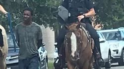 I poliziotti bianchi a cavallo, il sospettato nero tirato per la corda. La foto che scuote gli Stati