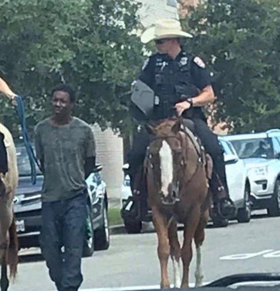 I poliziotti a cavallo, il sospettato nero tirato per la corda. La foto che scuote gli Stati
