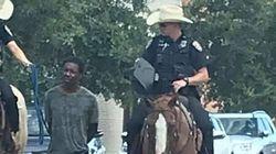 Au Texas, des policiers à cheval mènent un homme noir menotté avec une