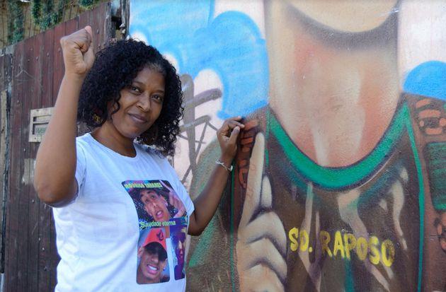 Nívia Raposo ao lado do grafite do filho, assassinado aos 19 em Nova