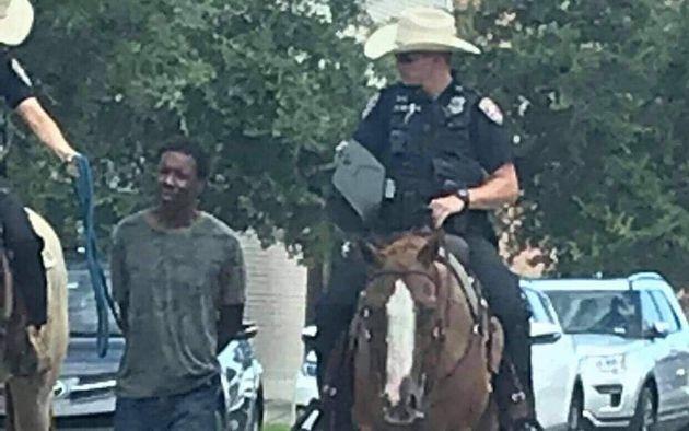 Au Texas, des policiers à cheval mènent un homme noir avec une
