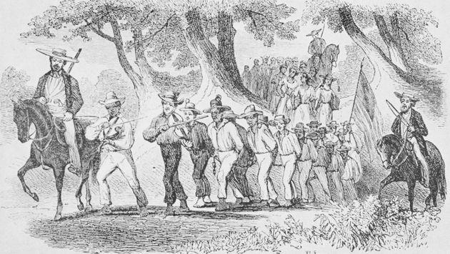Grabado que representa a un grupo de esclavos marchando mientras van encadenados, liderados por hombres...