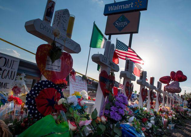Cruces por la víctimas del atacante supremacista de El