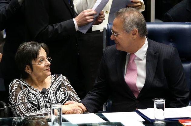 Maria da Penha (à esq) e senador Renan Calheiros (à dir.) em homenagem realizada no Senado...