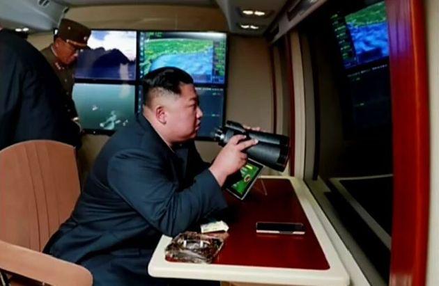 지난달 31일 김정은 북한 국무위원장의 지도 하에 '신형 대구경조종방사포 시험사격'을 했다고 조선중앙TV가 1일 보도했다. 사진은 김정은 위원장이 시험사격을 참관하는