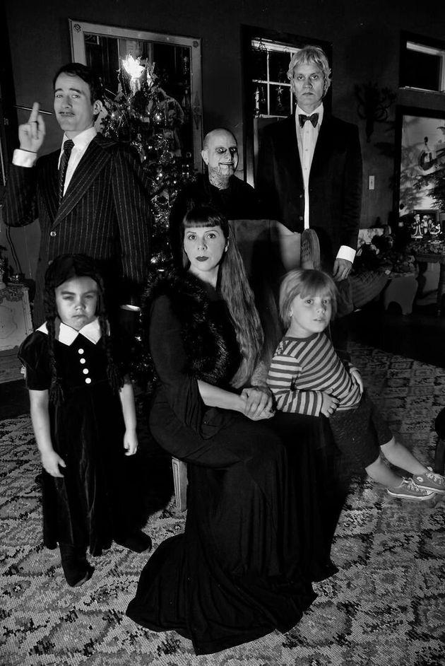 クリスマスカード用にアダムズ・ファミリーに仮装した写真ワイルダーは一人二役こなしている。