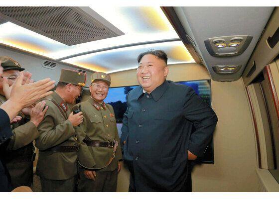 北朝鮮が6日におこなった新型戦術誘導兵器の発射を視察する金正恩朝鮮労働党委員長=労働新聞ホームページから