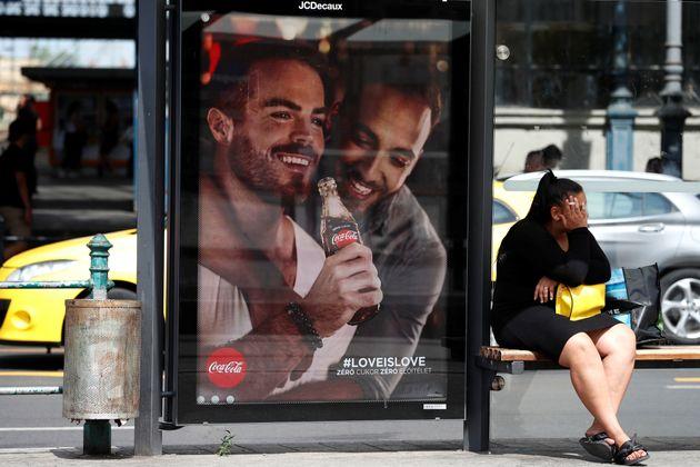 Una parada de autobús, con el anuncio de Coca-Cola, en