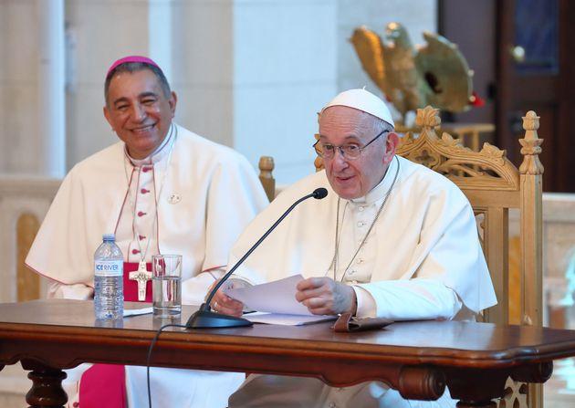 El papa, que administra 10.000 millones en El Vaticano, pide que recemos por una