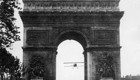 Le 7 août 1919, un pilote volait sous l'Arc de