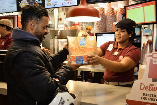 Popeyes distribui frango frito para entregadores 'não passarem