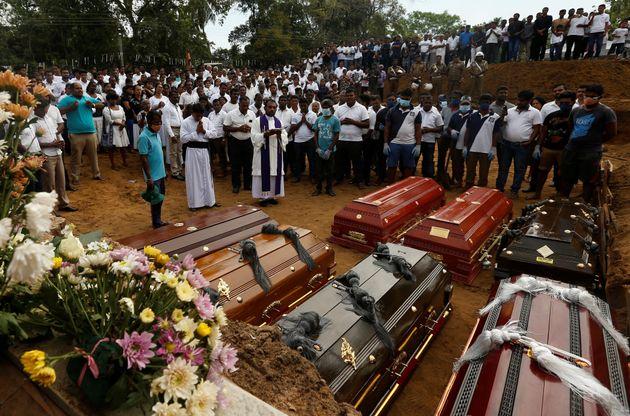 Entierro de algunas de las víctimas de la cadena de atentados del pasado abril en Sri Lanka, reivindicada...
