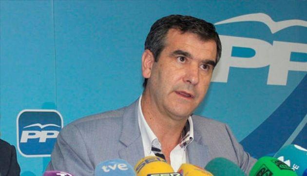 Un senador del PP propone a García-Page o a Borrell para presentarse a la investidura en lugar de