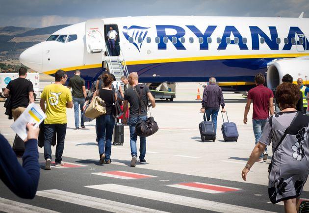 Un grupo de pasajeros embarca en el aeropuerto de Comiso, en Sicilia, en una imagen de