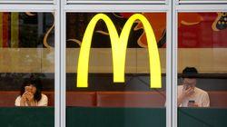 Au Japon, McDonald's met en vente des verres sexuellement explicites par