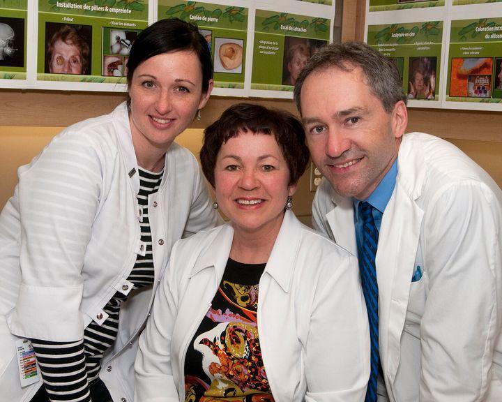 De gauche à droite: Annie Laverdière, épithésiste et membre de l'équipe de recherche, Louise Desmeules, épithésiste, et le Dr Gaston Bernier, chef médical en médecine dentaire en oncologie et épithésie