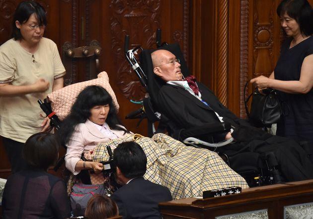 国会に登院した、れいわ新選組の舩後、木村両議員