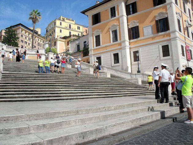 誰も座る人がいなくなったスペイン階段=7日、ローマ、河原田慎一撮影