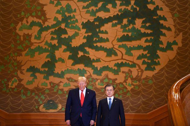 (자료사진) 문재인 대통령과 도널드 트럼프 미국 대통령이 청와대에서 정상회담을 마치고 공동 기자회견을 위해 입장하고 있다. 2019년