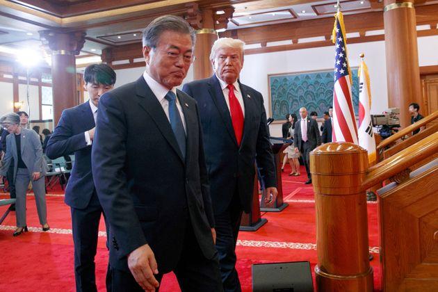 (자료사진) 청와대에서 공동 기자회견을 마친 문재인 대통령과 도널드 트럼프 미국 대통령이 회견장을 빠져나오는 모습. 2019년