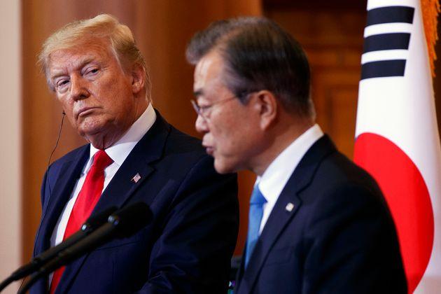 (자료사진) 정상회담 이후 열린 공동 기자회견에서 도널드 트럼프 미국 대통령이 문재인 대통령의 발언을 경청하고 있다. 2019년