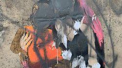 Un leghista ha imbrattato il graffito dedicato a Carola: